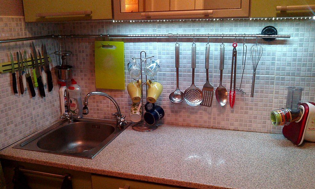Кухонные приборы на кухонном фартуке