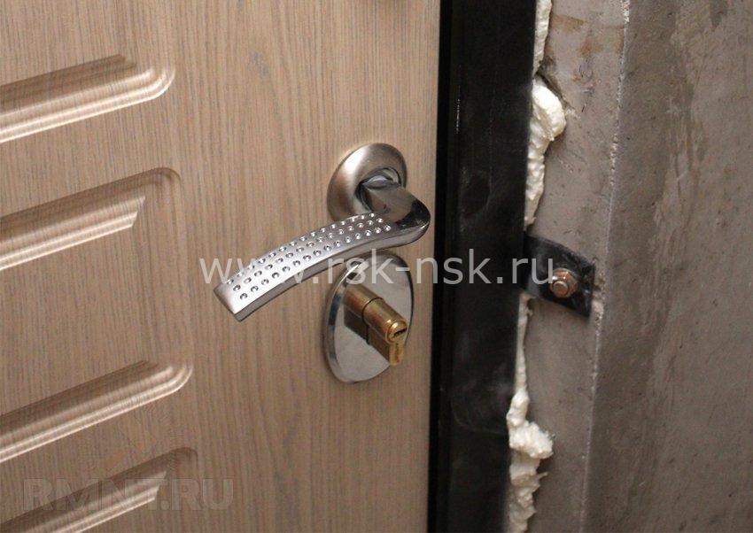 устанавливаем дверь